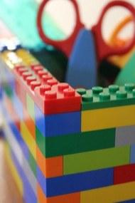 Lego kocke lahko uporabite kot namizno stojalo za pisala.