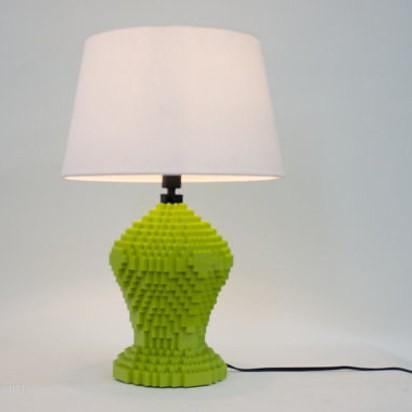 Lego kocke lahko uporabite za izdelavo namizne svetilke.