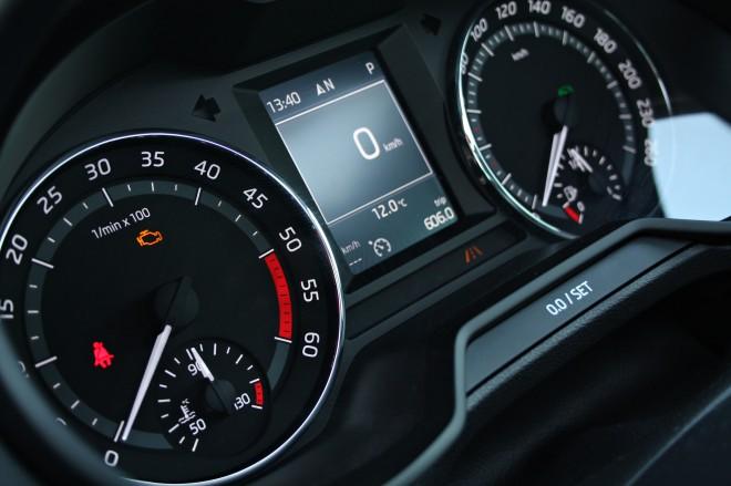 Velik napredek je bil narejen na področju asistenčnih sistemov, kjer lahko voznik med merilniki opazuje (če ga ima) delovanje radarskega tempomata in odlično delujočega sistema lane assist, ki avto nežno usmerja v pravo smer. So pa merilniki dokaj klasični, tisti digitalni iz passata pa pobožna želja.