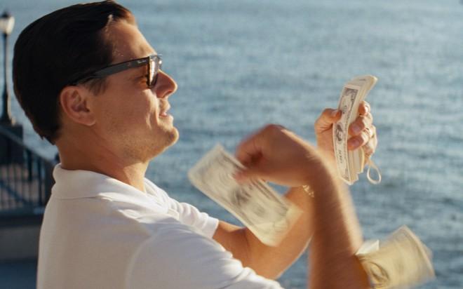 Leonardo DiCaprio v filmu Volk z Wall Streeta, v katerem je zaigrala tudi Katarina Čas.