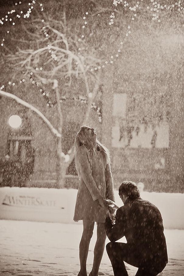 Romantična zaroka na drsališču