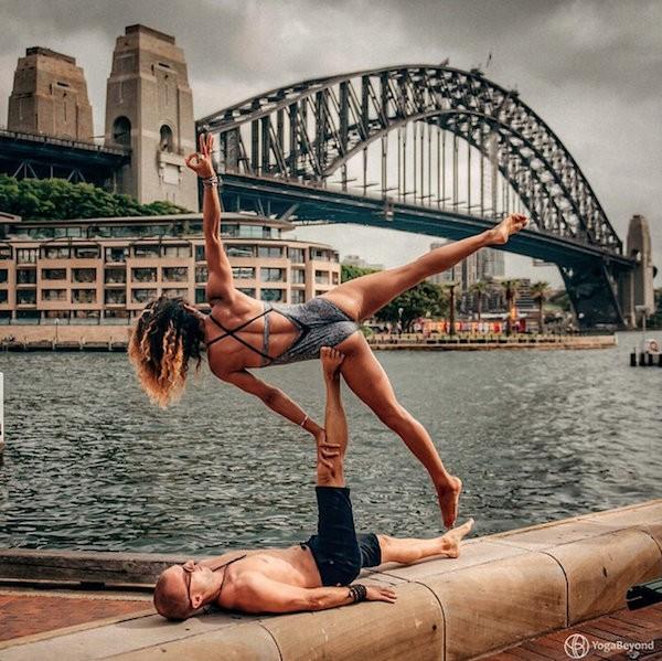 Claudine in Honza Lafonda v sapojemajočih joga pozah.