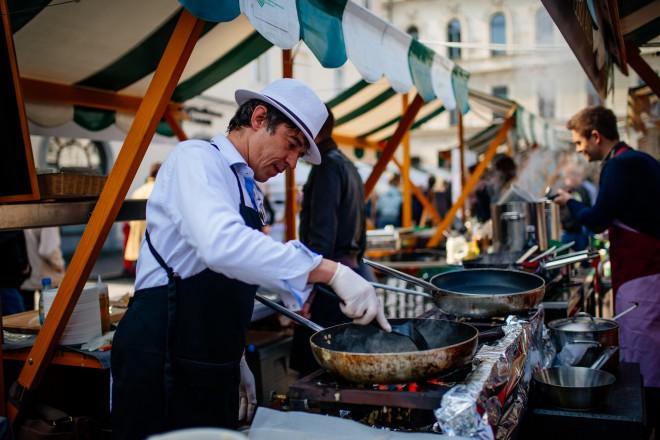 Odprta kuhna v objemu Pogačarjevega trga v Ljubljani.