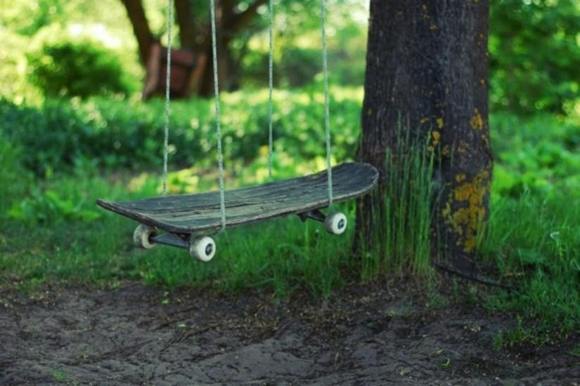 Enostavno si lahko na vrtu ustvarimo svojo gugalnico kar iz stare rolke.