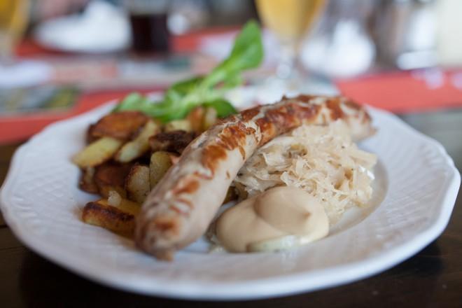 Kaj pa drugega? Tradicionalni bratwurst in sauerkraut.