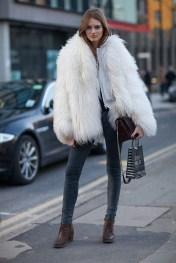 10. Krzneni plašč, ozke sive hlače ter gležnjarji ali visoki škornji z vezalkami