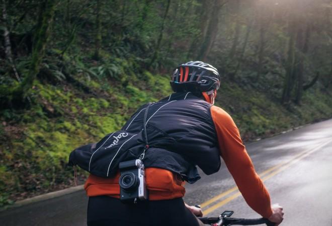 Pas za fotoaparat Mettle Speed Strap je rojen za kolesarjenje.
