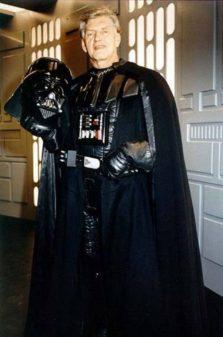 David Prowse kot Darth Vader iz Vojne zvezd.
