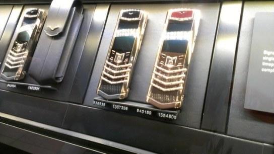 V Dubaju imajo meščani telefone, ki so vredni več kot tvoje stanovanje