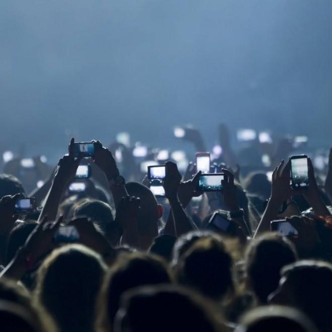 Je takšnim prizorom med koncerti odklenkalo?