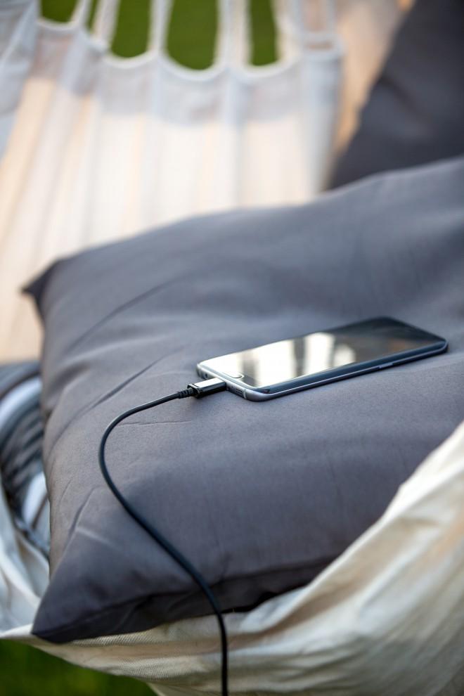 7170 med drugim omogoča tudi polnjenje mobilnih naprav.