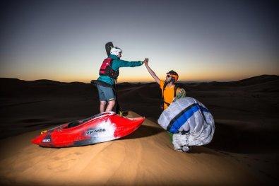 S kajakom po peščenih sipinah puščave Namib.