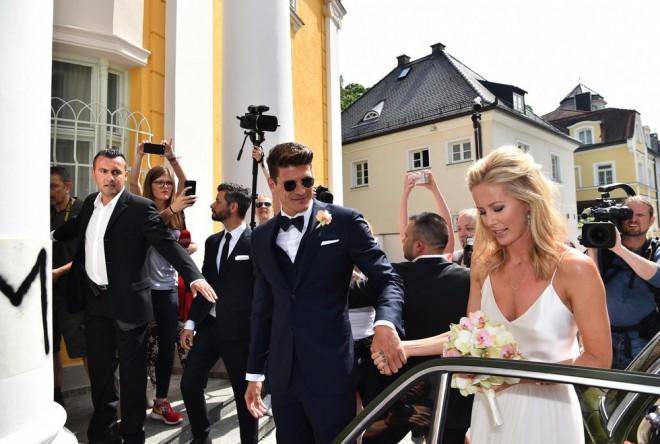 Nogometaš Mario Gomez se na poroki ni ustrašil sončnih očal. Ja, nevesta Carina Wanzung je zares sijala.