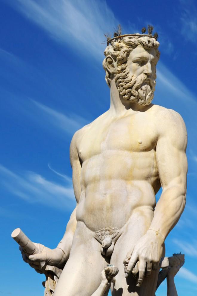 Ste kdaj opazili, da je nekaj res majhnega na sicer velikih antičnih in renesančnih kipih?