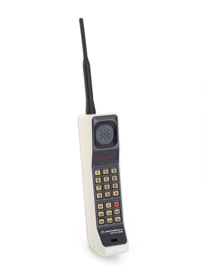 1983 – Prenosni telefon, Motorola DynaTAC, ki se prodaja komercialno in stane 4000 ameriških dolarjev.