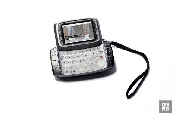 2002 – T-Mobile sidekick – Prvi telefon z velikim zaslonom in integirano tipkovnico ter možnostjo pošiljanja sporočil.