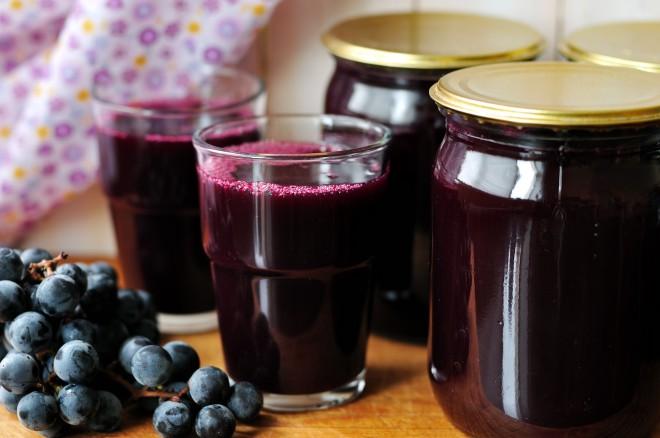 Nimate kam z vsem grozdjem? Spremenite ga v okusen sok!