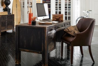 Pisalna miza Dawson Desk. Cena: 1495 evrov.