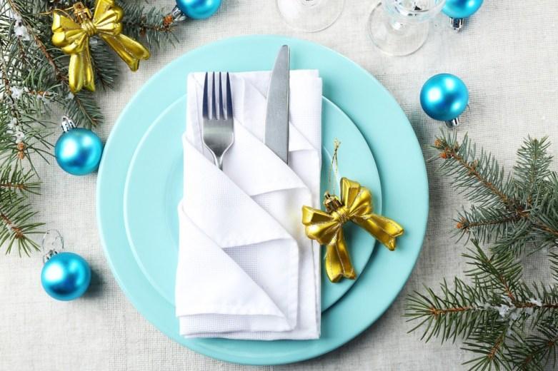 Bel ptrič, zlata mašnica in modre buknice – čudovita kombinacija!
