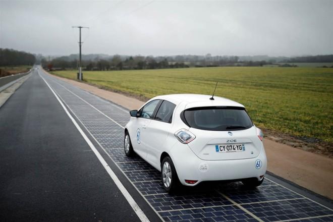 V Francoski vasici se namesto po asfaltu vozite po solarnih panelih.