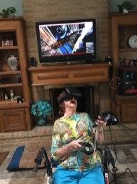 96-letna babica prvič v življenju igra igrice v VR-načinu.