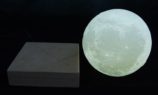 Lebdeča Luna kot svetilka