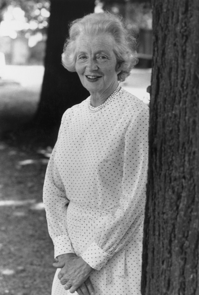 Njena babica Ruth Fermoy je bila dvorna dama kraljice matere.