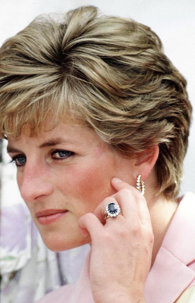 Diana je zaročni prstan izbrala kar iz kataloga.