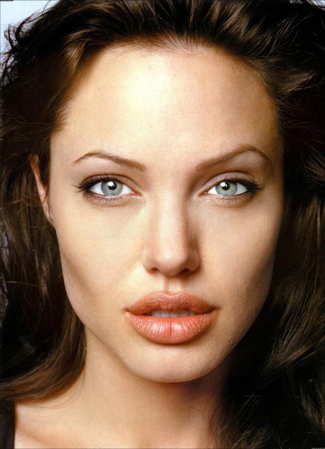 Angelina Jolie: večje polne ustnice