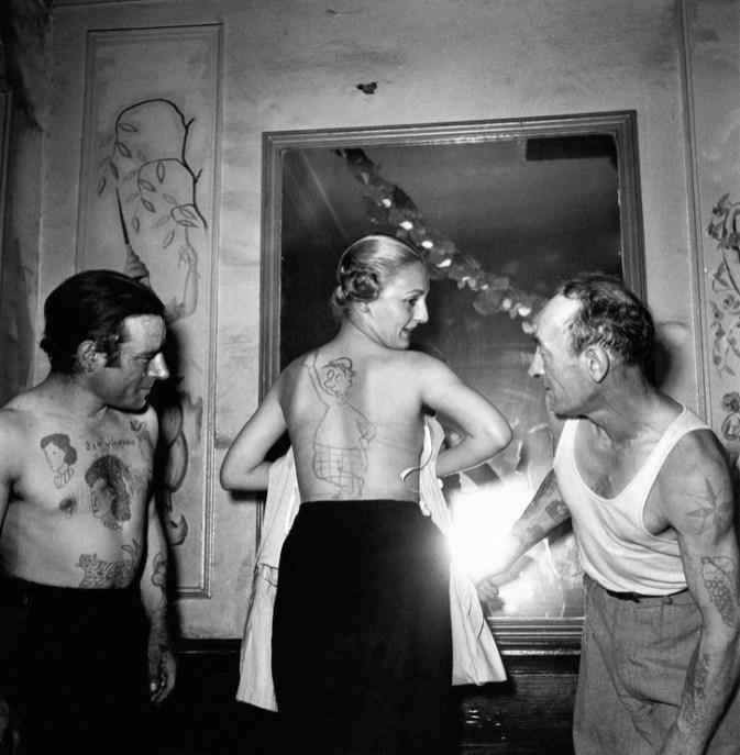 1950: Ljudje kažejo tatuje, ki so jim jih naredili zastonj na amaterskem natečaju tetoverjev.