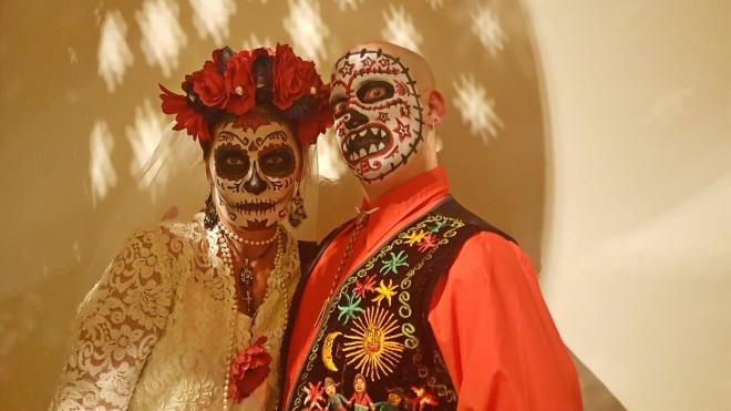 Naredi skupinsko masko za halloween.