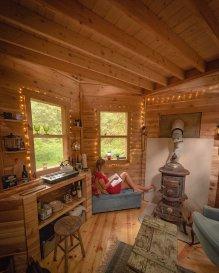 Gozdna hišica, prekrita z mahom, je videti kot iz pravljice.