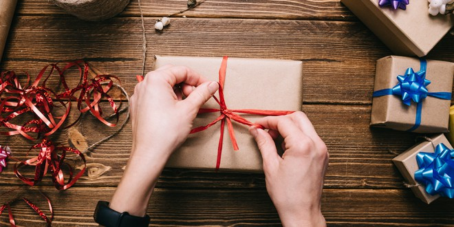 Darila, ki jih boste kupili v dm-u, vam bodo brezplačno zavili (slikaje simbolična).
