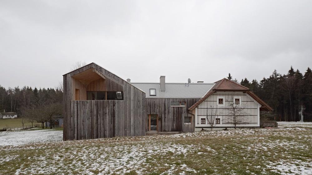 Prenovljena kmetija na avstrijskem podeželju.