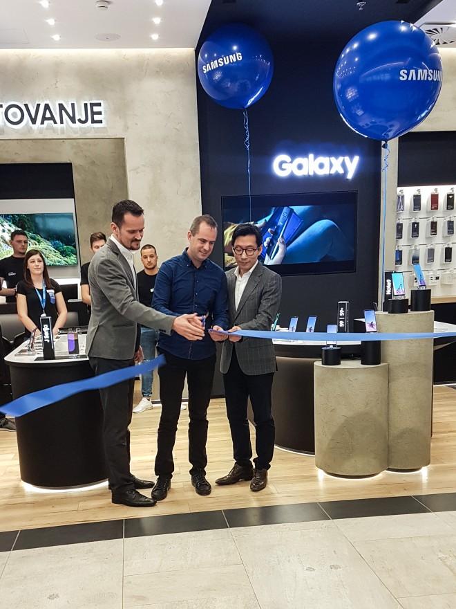 Na sliki: Pavle Zubundžija, vodja prodaje za mobilno telefonijo v regiji Adriatik, Tomaž Sgerm, lastnik trgovine in direktor podjetja Sgerm mobil  , Hoyun Hwang, predsednik poslovne enote Samsung Electronics Adriatic.