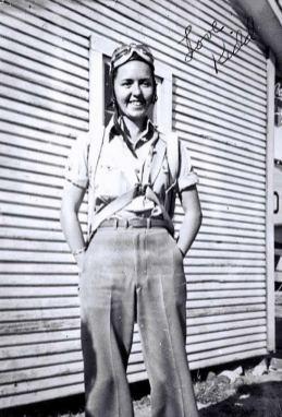 """""""Babici niso dovoljili, da bi se pridružila letalskim silam, zato je učila mlade moške upravljati letalo."""""""