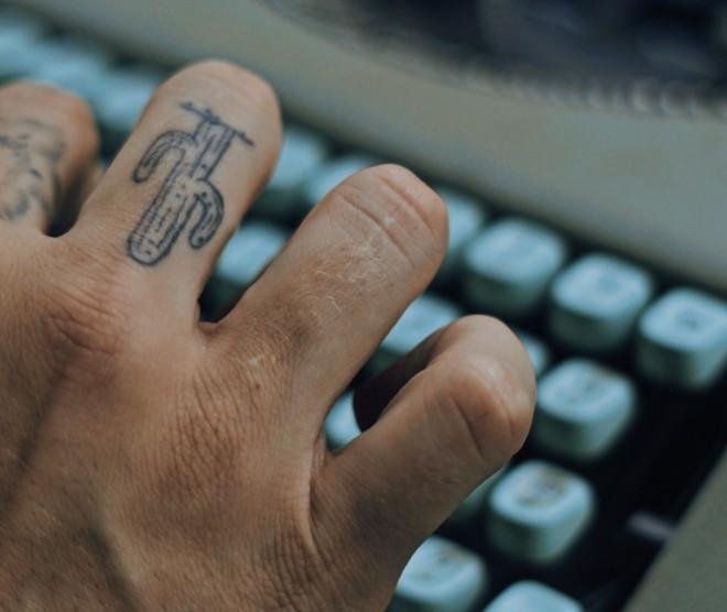 Tetovaže na prstih so redke zaradi številnih kulturološki razlogov