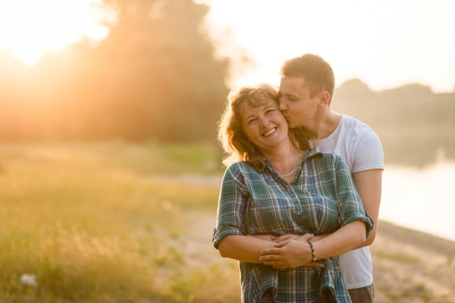 Tudi posesivna mama ima lahko vpliv na to, zakaj se moški ne poroči.