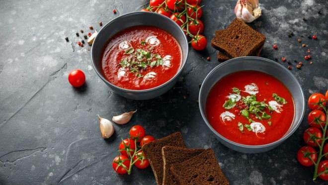 Začinjena paradižnikova juha bo polepšala poletne dni.