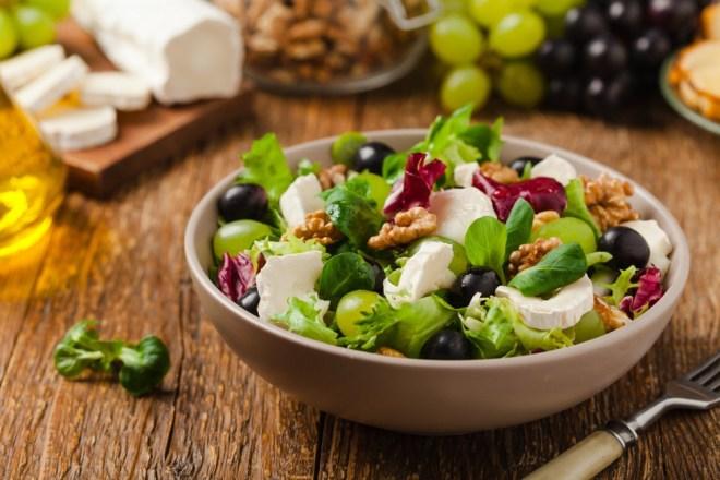 Solata z grozdjem in indijskimi oreški ali orehi