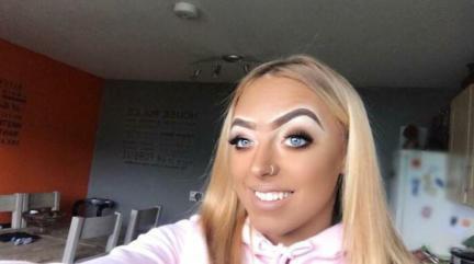 Obrvi lahko popolnoma spremenijo obraz, dokaz je punca na tej fotografiji.