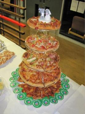 Važno, da je torta v več nadstropjih. / Foto: Reddit