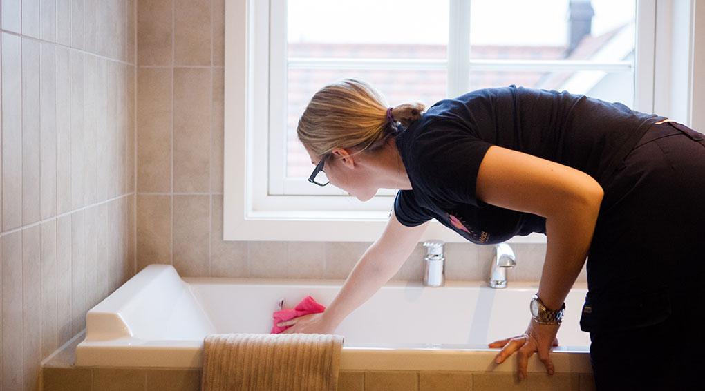 Citymaid-ansatt vasker badekar