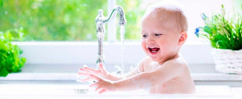 Baby bader i vasken - miljøvennlig rengjøring