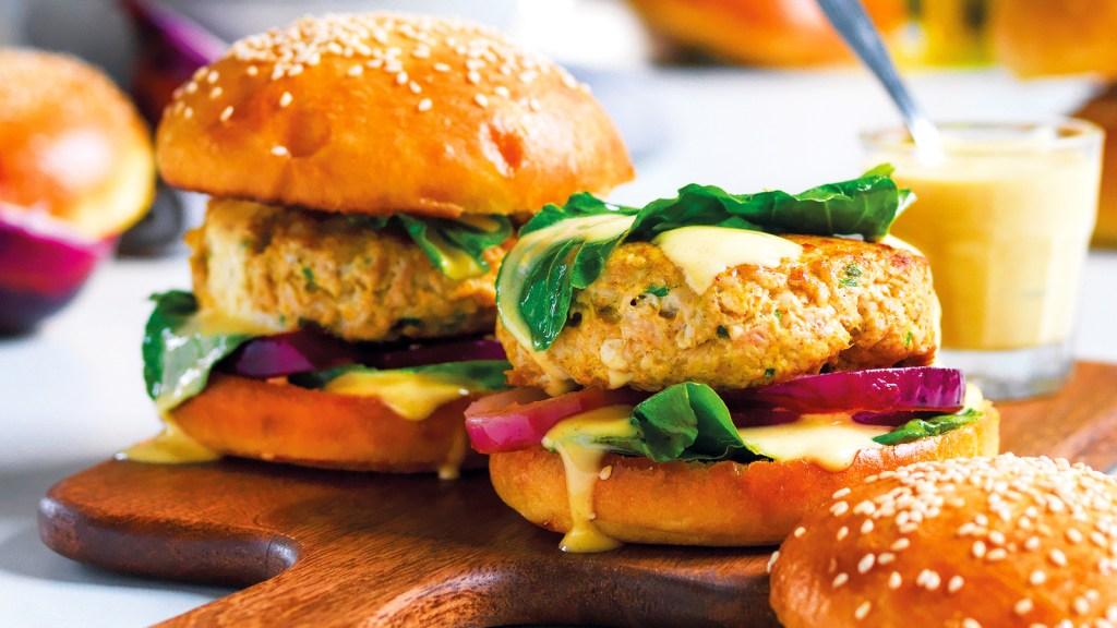 panini-morbidi-con-burger-di-pollo-speziato,-erbette-e-cipolla-rossa
