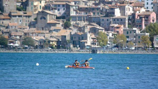 turista-olandese-di-22-anni-si-immerge-nel-lago-di-bracciano-e-fa-perdere-le-sue-tracce:-ricerche-in-corso