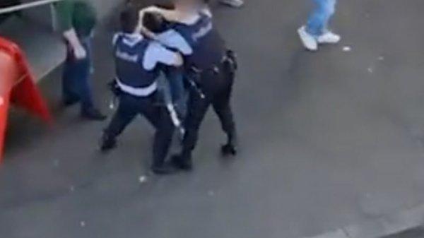poliziotto-sferra-un-calcio-nella-pancia-di-un-uomo