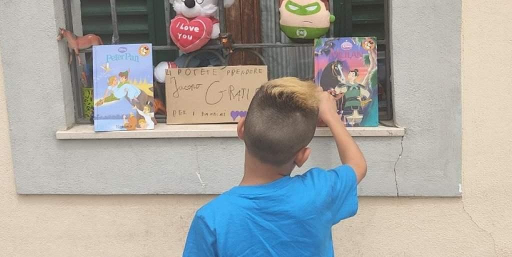 jacopo,-8-anni,-i-suoi-giochi-alla-finestra-in-dono-ai-bambini-bisognosi