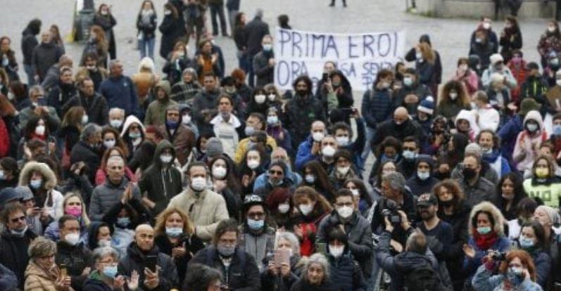 roma,-medici-e-infermieri-pro-vita-in-piazza-del-popolo-contro-il-vaccino-obbligatorio