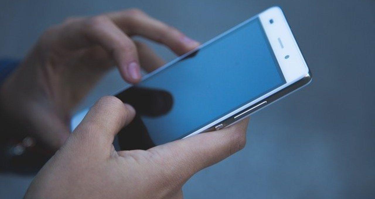 """come-igienizzare-il-telefono-senza-danni-all'audio:-il-""""trucco""""-a-cui-non-avete-mai-pensato"""